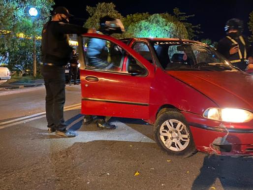 Motorista colide com veículo e foge a pé na linha divisória
