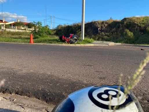 Motociclista colisionó en alta velocidad con una columna en Rivera