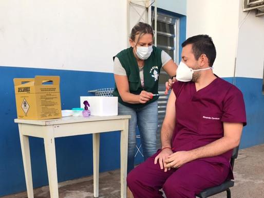1º Enfermeiro uruguaio é vacinado com a CoronaVac em Livramento