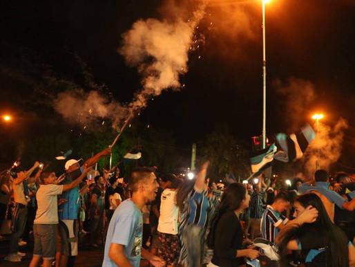 Gremistas se reúnem para comemorar o título da Copa do Brasil