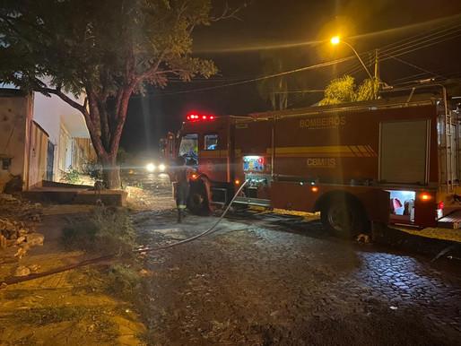 Após  fogo em lixo Bombeiros combatem incêndio em terreno na  rua Dr. Fialho
