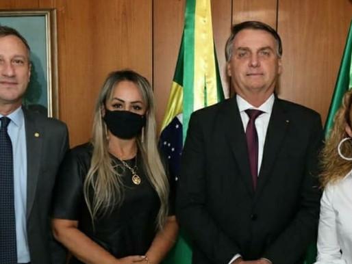 """Presidente Bolsonaro recebe Prefeita Ana, recebe """"regalo"""" e demandas do município"""