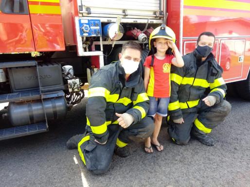 Menino comemora seis anos e recebe visita de bombeiros em sua festa de aniversário no RS