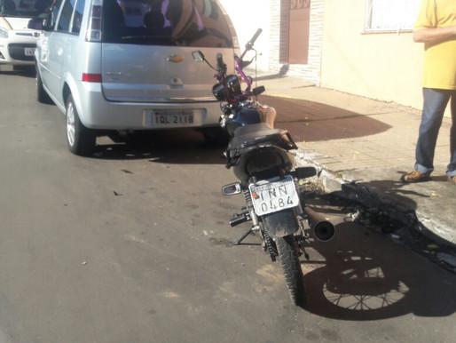 Motociclista foge da barreira, perde o controle e atinge dois veiculos no centro