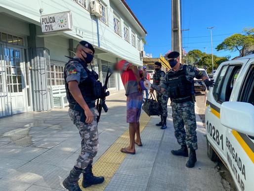 Homem é preso com calçados furtados de loja na Rua dos Andradas