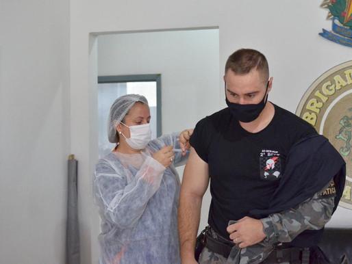 Cidades do RS começam a vacinar profissionais da segurança contra a Covid