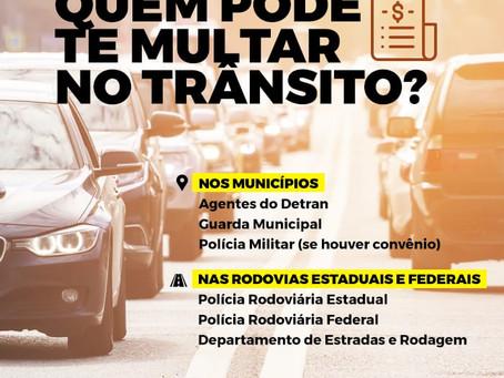 Quais os tipos de guardas e autoridades que podem multar um motorista?