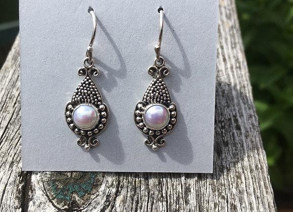 Detailed setting pearl earrings