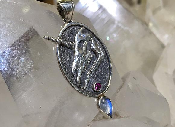 Roulette 18 unicorn skull pendant