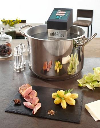 Thermoplongeur Swid sous vide dans petit faitout de 13 litres avec magret de canard