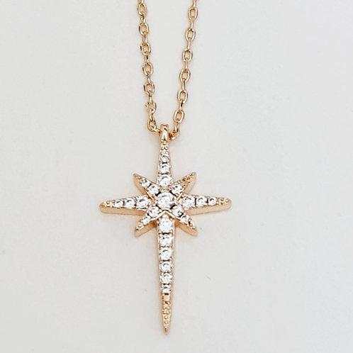 Colar Folhado a Ouro com Pingente Estilizado de Estrela Cravejada de Zirconias