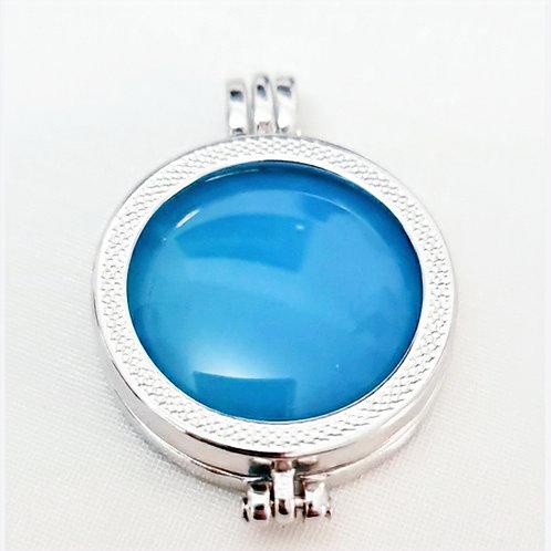 Pingente Moeda Secreta Folhado a Rodio Branco, acompanha Pedra Agata Azul Céu