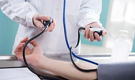medico tirando pressão