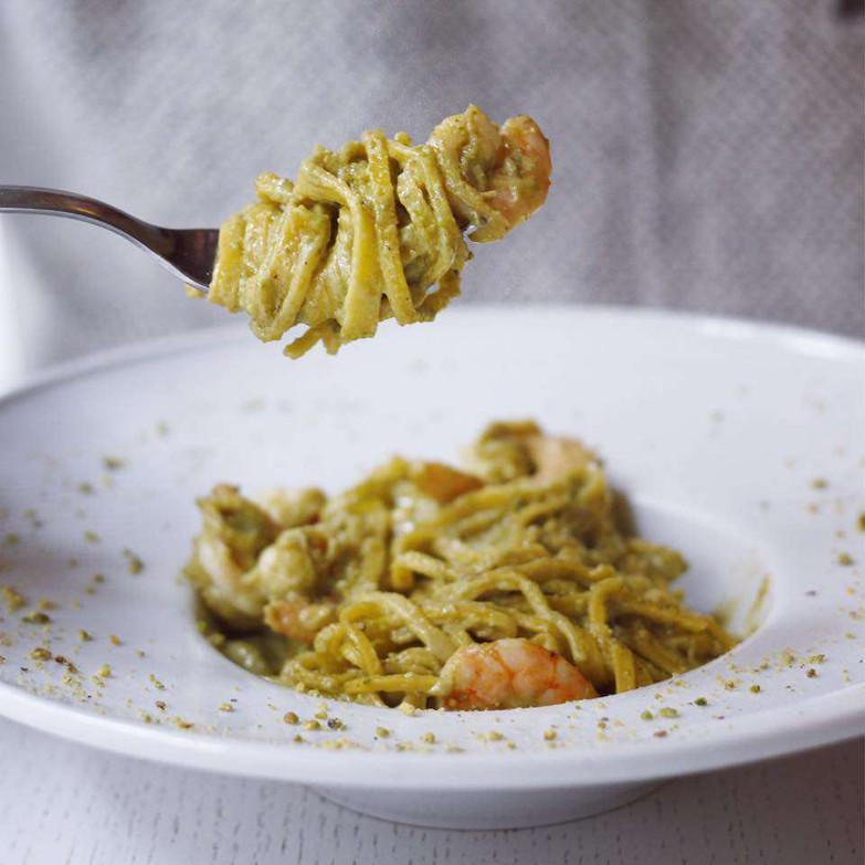 Spaghetti al pesto di pistacchio e gambe