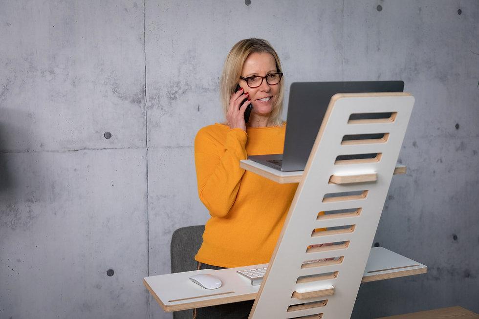 WoodyDesk Schreibtischaufsatz höhenverstellbarer Scheibtisch Telefonieren.jpg