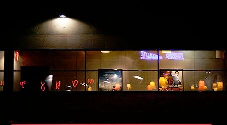 le couloir du cinéma de Périguux la nuit, vu depuis la place