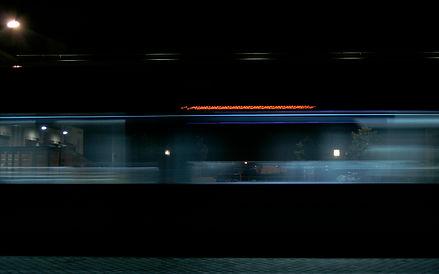filé du tramway, de nuit à Bordeaux Chartrons