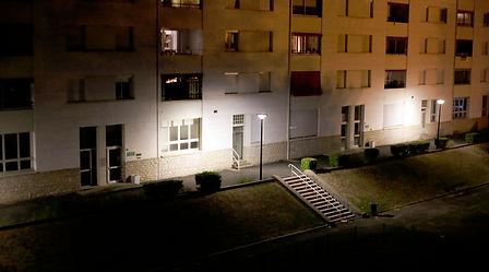 façade d'immeuble la nuit à Périgueux
