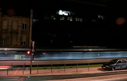 Passage du tramway, de nuit à Bordeaux