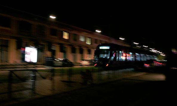 tramway à Bordeaux de nuit, flou de bougé