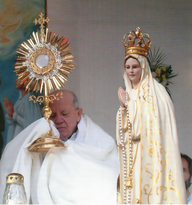 don Stefano benedizione Eucaristica