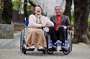 談笑する車椅子の二人