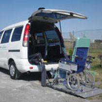 車椅子をリフトする福祉車両