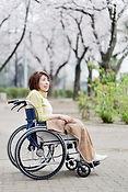 外出する車椅子の女性