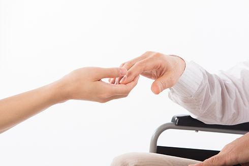 高齢者の手をとる介護士
