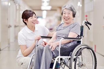 車椅子の女性と介護士