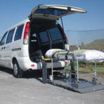 ストレッチャーを載せる福祉車両