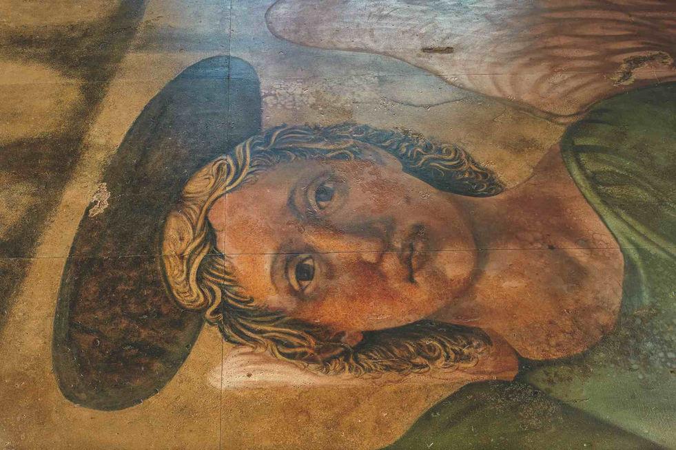 """Reproduction de la """"Madonna del Parto"""" de Piero Della Francesca, peinte sur 154 feuilles de contreplaqué horizontales, un film coloré transparent recouvrant les parois de verre et la colonne recouverte de miroirs."""