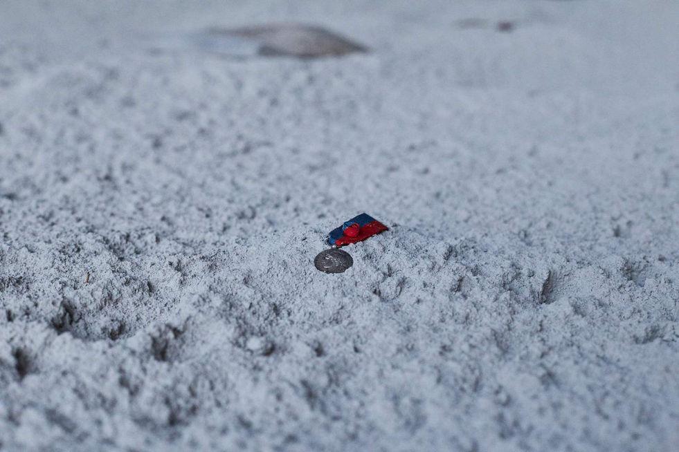 Réplique du sol de la lune, médailles anglaises, françaises et japonaises du 20éme siècle, sac en nylon avec des graines, réplique de la combinaison spatiale Apollo 11 de Neil Armstrong, épée française du 19éme siècle, pierres blanches en calcite et poussière blanche.