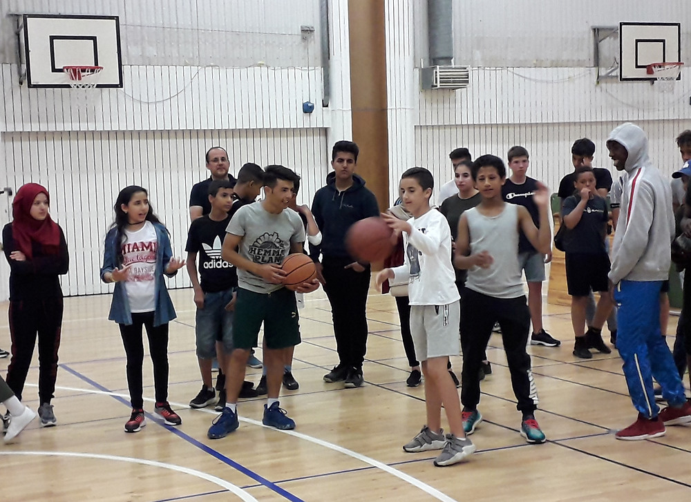 The youngsters have -among other- the opportunity to play basketball with Hemmaplan