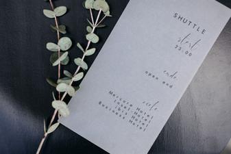 Neben der Erwähnung des Hochzeitsshuttles auf der Einladungskarte oder während der Hochzeit bei einer organisatorischen Rede, kann ja zum Beispiel auch auf netten Kärtchen an der Bar darauf hingewiesen werden.