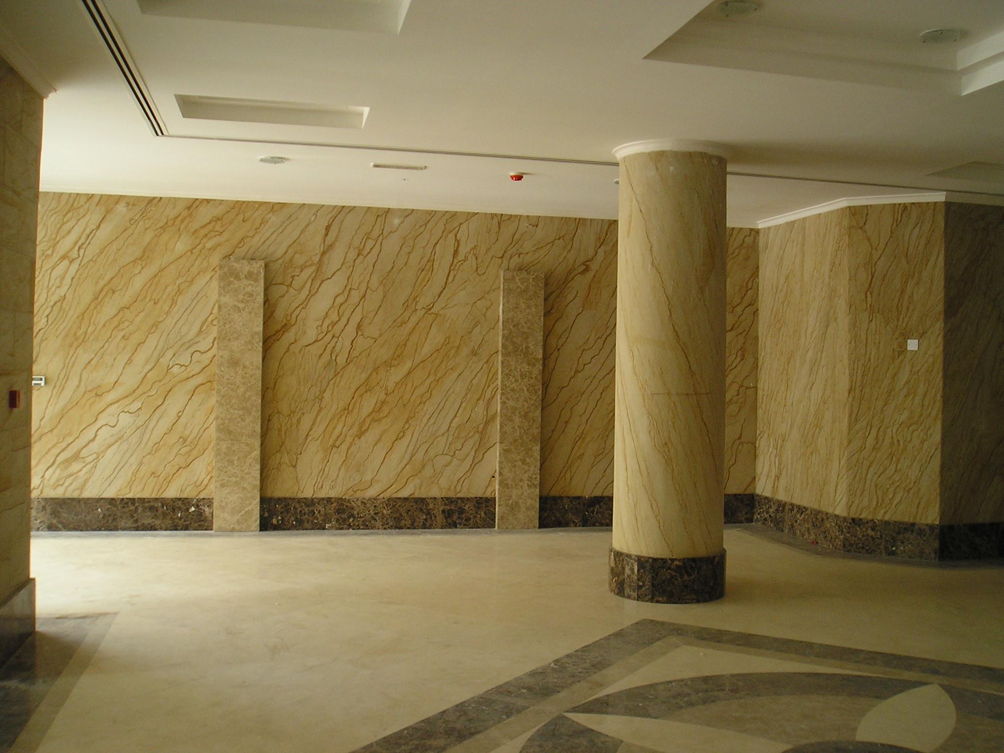 гибкий камень на колоннах и стенах
