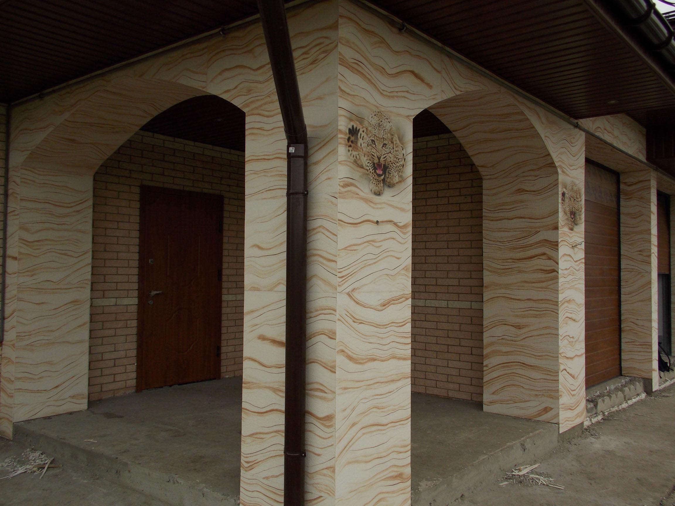 гибкий камень на колоннах фасада