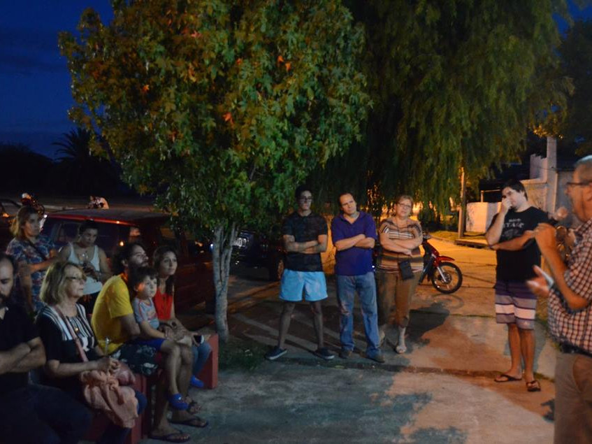 Charlando con militantes y vecinos en la Plazoleta Carlos Gardel de Durazno