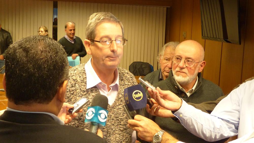 Diputado Eduardo Rubio y Gonzalo Abella con la prensa en la presentación del proyecto