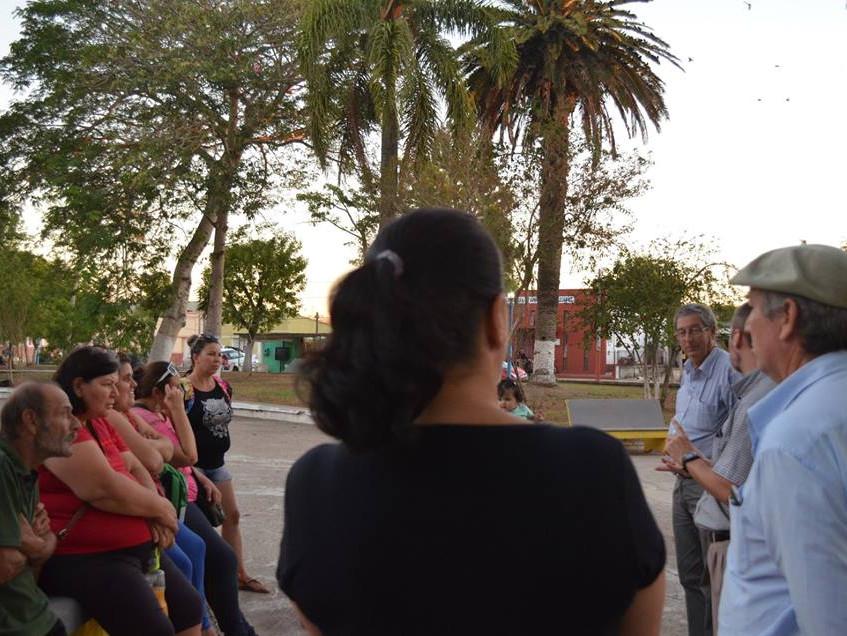 Charlando_con_los_vecinos_en_Plaza_Artigas_de_Río_Branco.