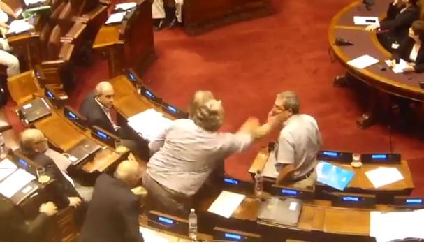 Momento de la agresión de Gabriel Courtoisie al diputado Eduardo Rubio (captura de video de radio Centenario)