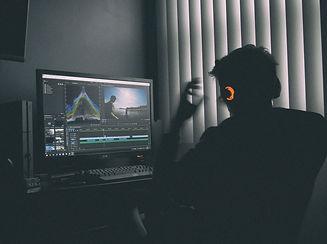 Editing%20a%20Movie_edited.jpg