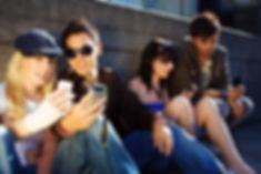 Eine Gruppe Jugendliche mit Smartphones