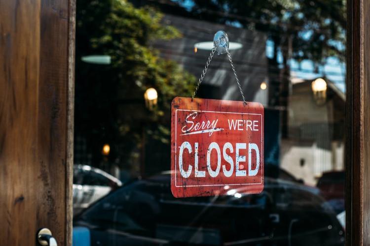 Una delle tante conseguenze della pandemia è la chiusura delle attività commerciali