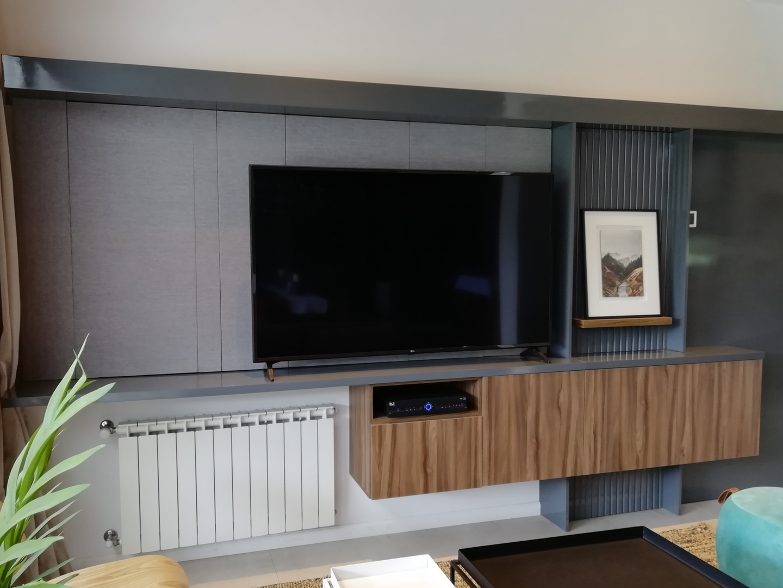 Mueble tv en tonos de grises con madera