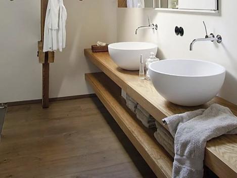 Estantes de pared a pared en madera maciza, el primero soporta las bachas y el segundo es para guardado
