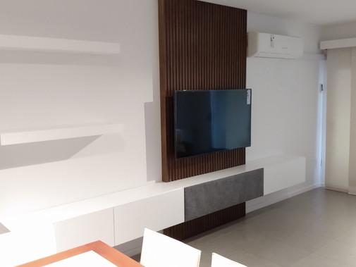 Mueble tv simple en melamina blanca con fondo en brisse y cajon contenedor de tecnologia