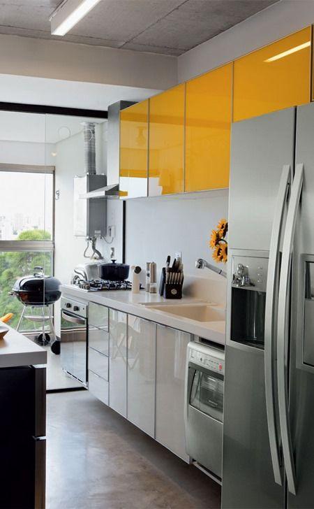 Cocina que combina distintos materiales en sus muebles