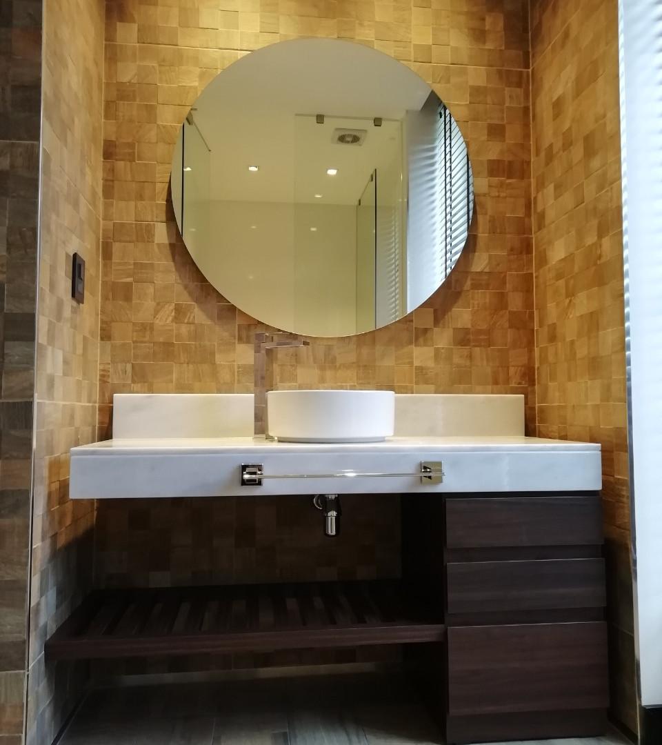 Mueble con espacio de guarado de toallas con cajonera, en madera maciza lustrada