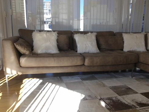 Sofa con forma en L, en ecocuero, capitone con punto tirado, patas cromadas